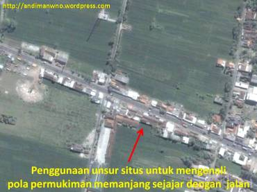 Pola permukiman memanjang sejajar dengan jalan.
