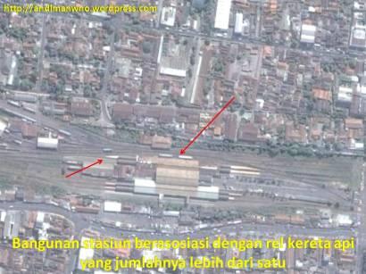 Stasiun Kereta Api berasosiasi dengan adanya rel di sekitarnya yang berjumlah lebih dari satu.
