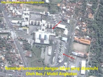 Terminal diasosiasikan dengan adanya lahan parkir di dalam yang dipenuhi oleh bus/kendaraan angkutan umum