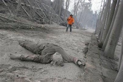 Korban awan panas yang ditemukan tergeletak di jalan.
